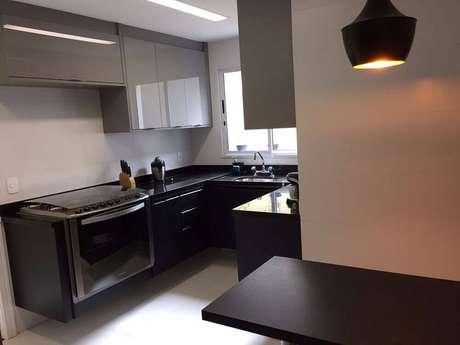 54. Decoração de cozinha planejada preta simples