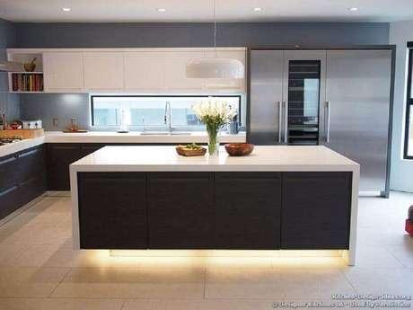 50. Iluminação para ilha em cozinha preta e branca