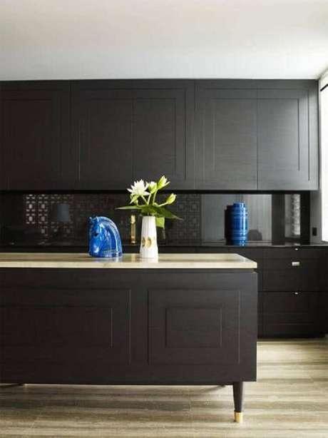 27. Invista em objetos coloridos para trazer mais alegria para a sua cozinha preta