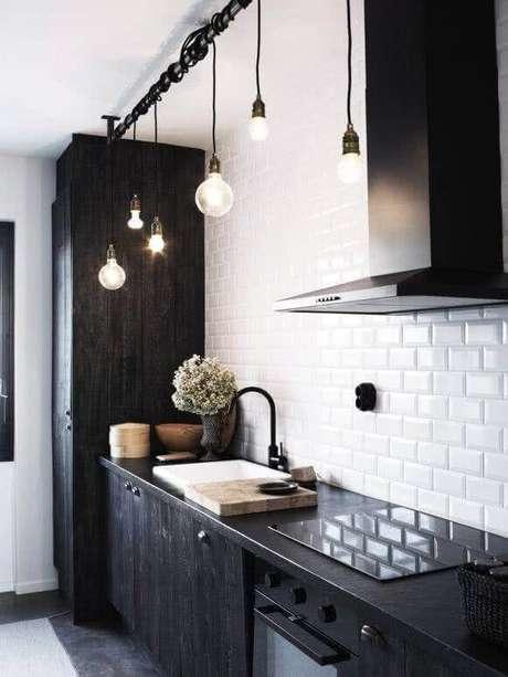 33. Pendentes modernos para cozinha preta e branca