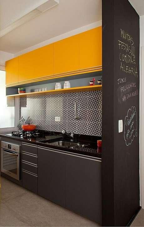 16. Cozinha preta e amarela com tinta de lousa e azulejo decorativo