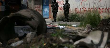 Militares patrulham favela no Rio de Janeiro