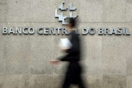 Homem passa por sede do Banco Central, em Brasília 15/01/2014 REUTERS/Ueslei Marcelino