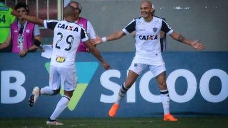Fábio Santos comemorando o gol que abriu o placar da vitória do Galo (Foto: Dudu Macedo/Fotoarena)