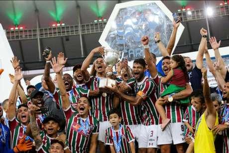 Gum levanta o troféu da Taça Rio com os companheiros (FOTO: LUCAS MERÇON / FLUMINENSE F.C.)