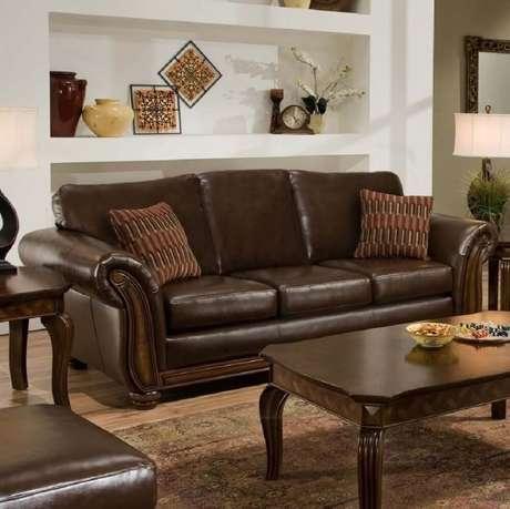 4. Decoração com sofá marrom com almofadas no mesmo tom