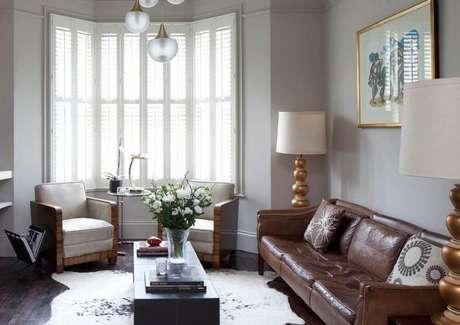 21. Modelos de almofadas para sofá marrom