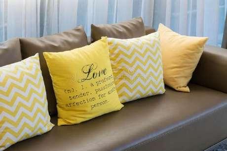 12. Sofá com almofadas diferentes e criativas.