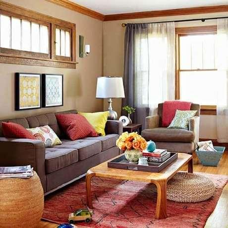 7. Utilize almofadas para sofá marrom com cores vivas para um ambiente mais alegre.