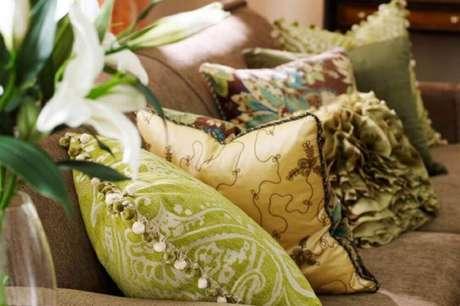 11. Almofadas diferentes para sofá marrom