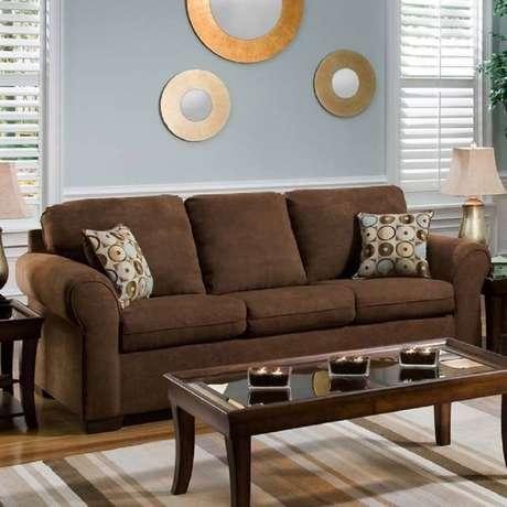 27. Almofadas estampadas para sofá marrom