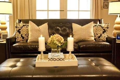 30. Almofadas neutras e estampadas para sofá marrom