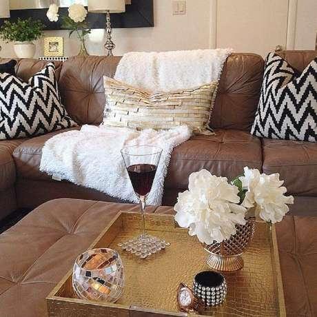 44. Almofadas para sofá marrom com estampada preto e branca