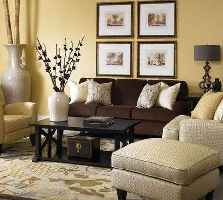3. Sofá marrom com almofadas claras para um ambiente mais sofisticado.