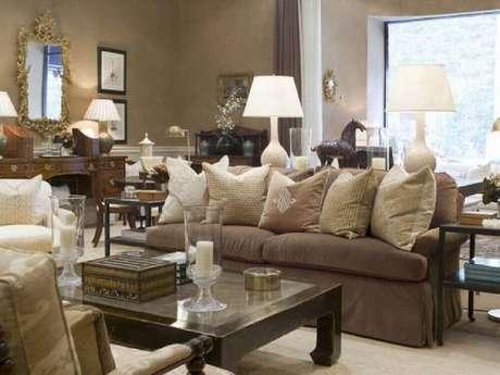 39. Decoração delicada com almofadas para sofá marrom em tons neutros
