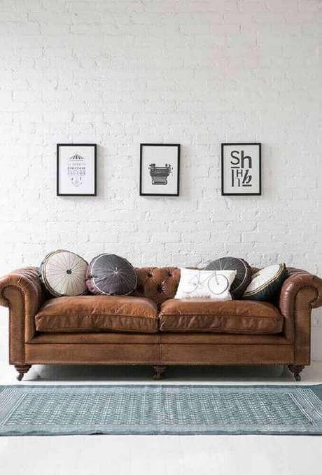 13. Inspiração de sala com sofá marrom e almofadas redondas
