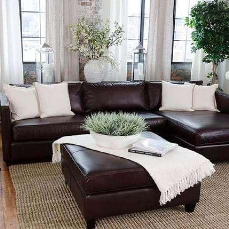 2. Sofá com almofadas claras para um ambiente requintado.