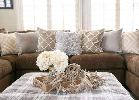 33. Almofadas para sofá marrom em cores neutras e estampadas delicadas