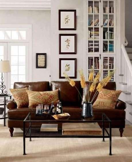 34. Decoração de sala com sofá marrom e almofadas estampadas