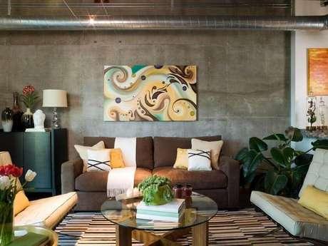 19. Decoração de sala com sofá marrom e almofadas decorativas