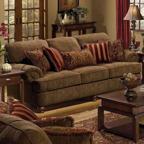 23. Decoração clássica e bonita com almofadas para sofá marrom