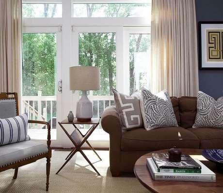 26. Estampas neutras de almofadas para sofá marrom
