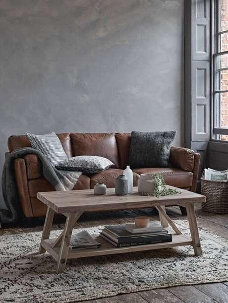 17. Decoração simples e moderna para sala com sofá marrom