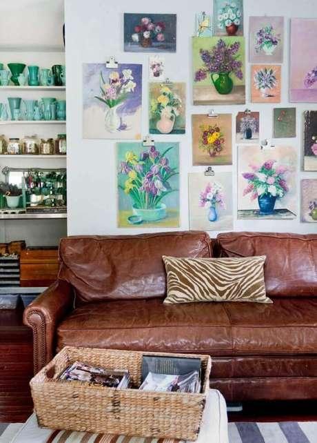 1. Sala com sofá marrom de couro e muitos quadros