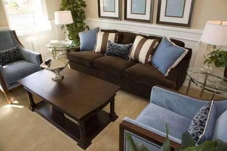 31. A sala com sofá marrom fica super chique se combinada com almofadas azuis