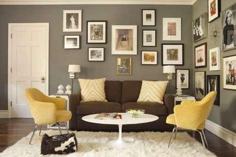 43. Decoração de sala com almofadas amarelas