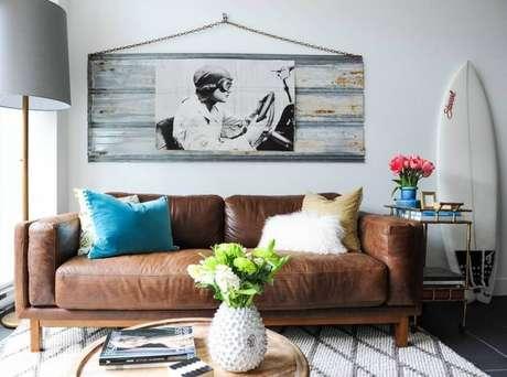 22. Sala com sofá marrom e modelos diferentes de almofadas