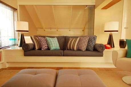 38. Sala com sofá marrom e almofadas estampadas