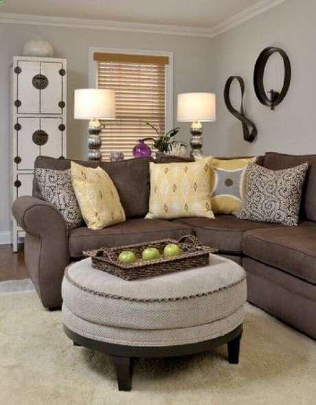 28. O amarelo também combina super bem com o sofá marrom