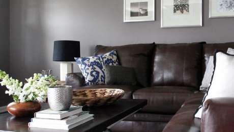 16. Sofá com almofadas diferentes