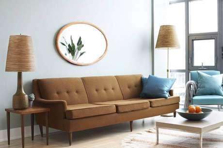 10. Sofá marrom com almofadas azul turquesa