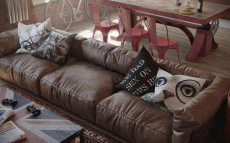 5. Almofadas para sofá marrom com estampas divertidas para criar um ambiente mais divertido.