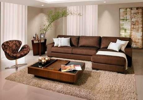 6. Sala com sofá marrom com almofadas e manta