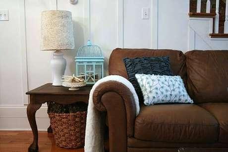 36. A combinação de sofá marrom com almofadas em tons bem escuro também fica bem legal