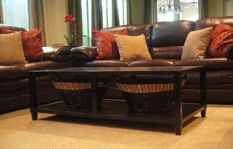 32. Mescle tons diferentes nas almofadas para sofá marrom