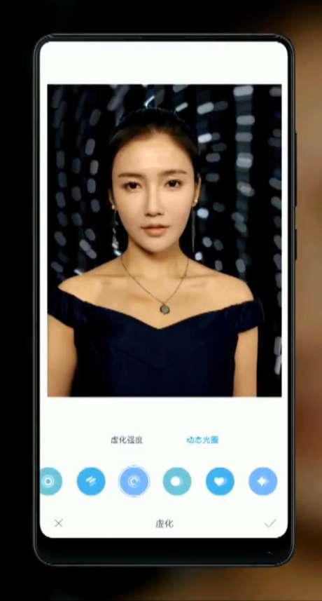 Um software com inteligência artificial promete retocar as selfies e retratos dos usuários. Além disso, a navegação do sistema operacional do aparelho é feito por deslizes de tela, semelhante ao iPhone X. (Imagem: The Next Web)