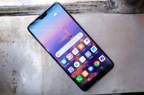O acabamento dos novos flagships da Huawei reflete tons diferentes dependendo do ângulo do dispositivo (Imagem: TechCrunch)