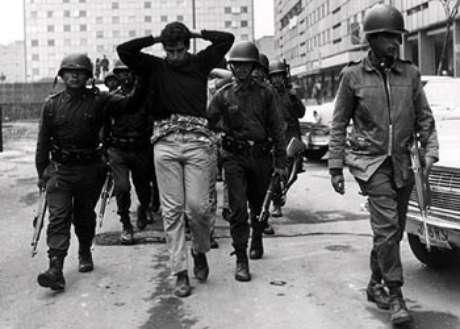 Estudante levado preso (México, 2/10/68)