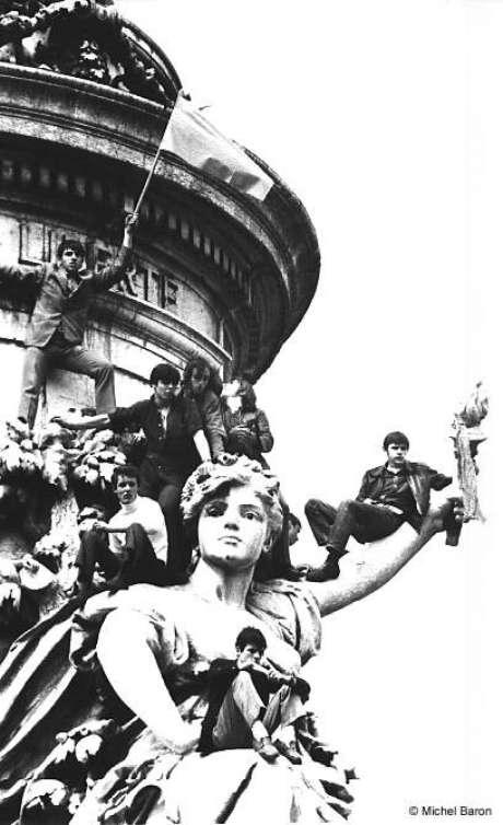 Jovens ocupam as estátuas (Paris, 1968)