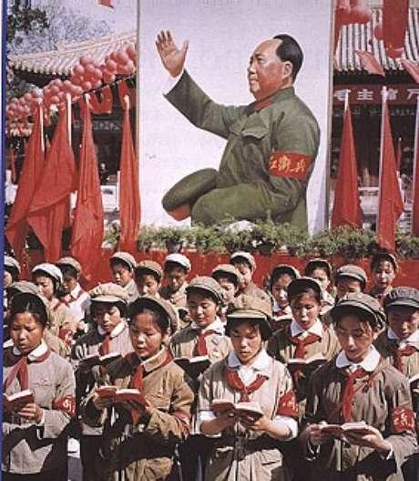 Mao Tse-tung guiando a juventude