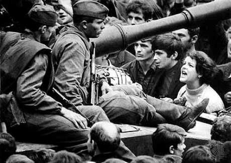 Sob protesto da população tanques soviéticos ocupam Praga