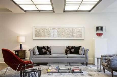 18. Decoração delicada de sala com sofá cinza