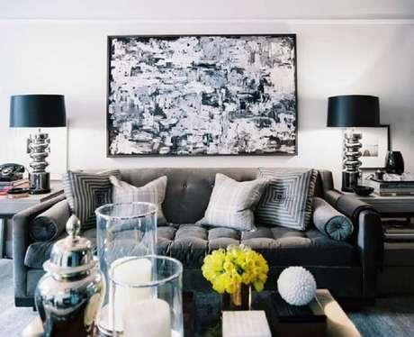 7. Saiba decorar a sala cinza com preto através dos detalhes.