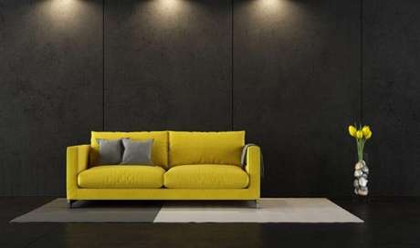 12. Minimalista para decoração de sala cinza e amarelo onde o sofá é amarelo e sala com parede cinza escura