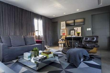23. Móveis espelhados podem garantir sensação de amplitude para a sala cinza com preto