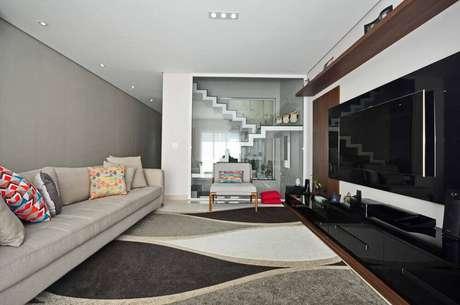 21. Decoração de sala cinza com preto e tapete estampado
